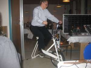 En cykel der kan lave strøm til det lille tv ved siden af
