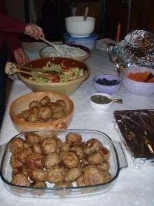Frikadeller med salater og flute